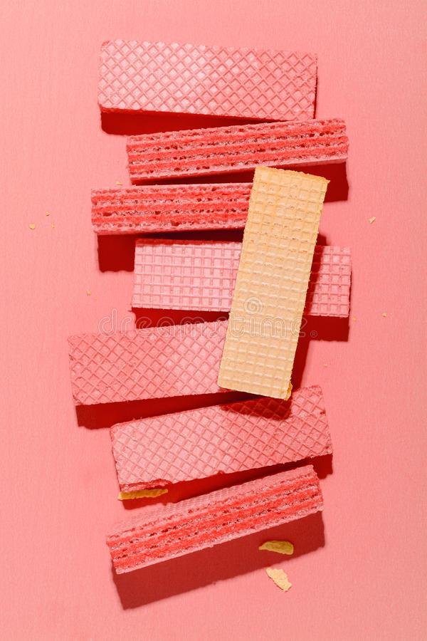 Красочные вафли на розовой бумажной предпосылке стоковая фотография