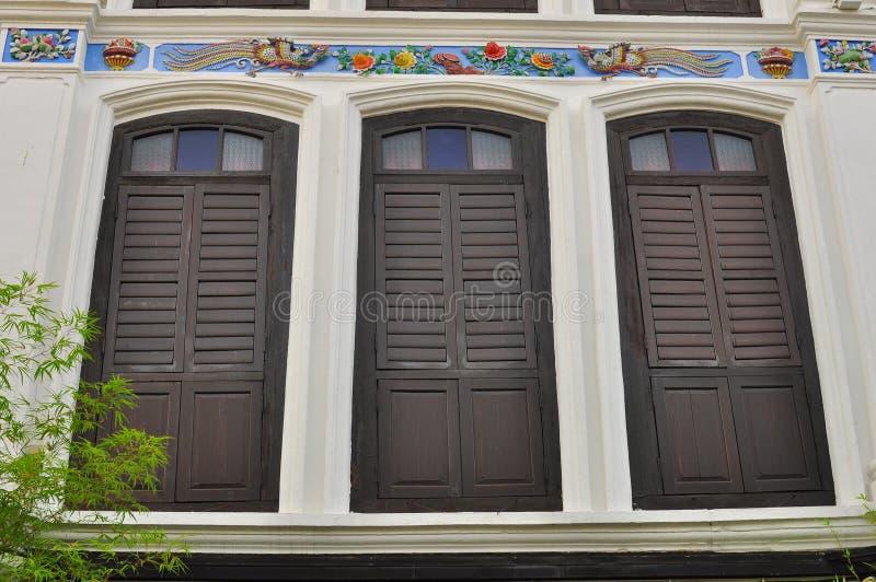 Красочные винтажные окна на доме магазина в Penang, Малайзии стоковое изображение