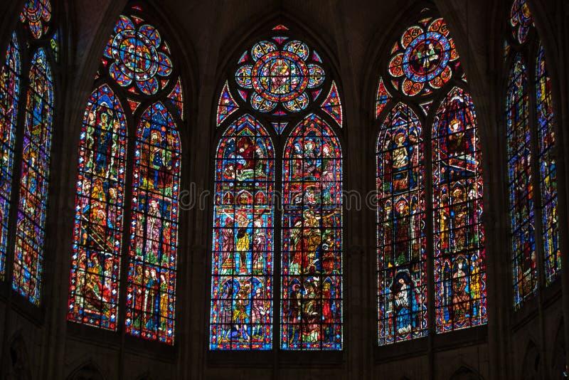 Красочные витражи в соборе Труа предназначенном к St Peter и St Paul Франция стоковые фото