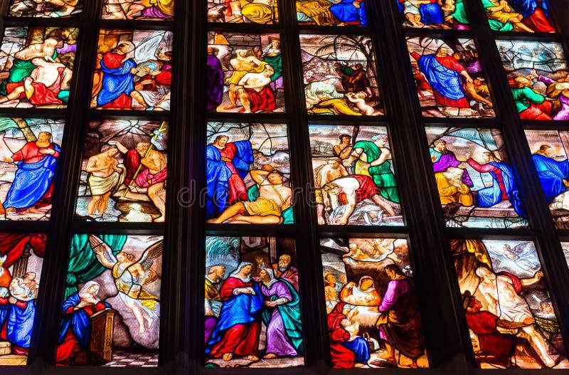 Красочные витражи в Duomo (соборе) в милане стоковые фотографии rf