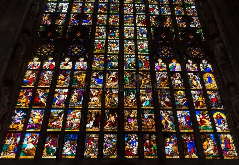 Красочные витражи в Duomo (соборе) в милане стоковое изображение