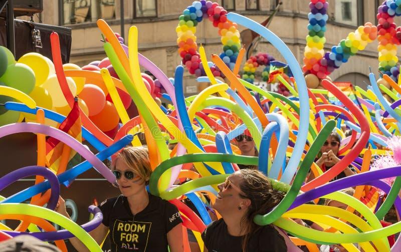Красочные воздушные шары и люди Europride стоковые фотографии rf