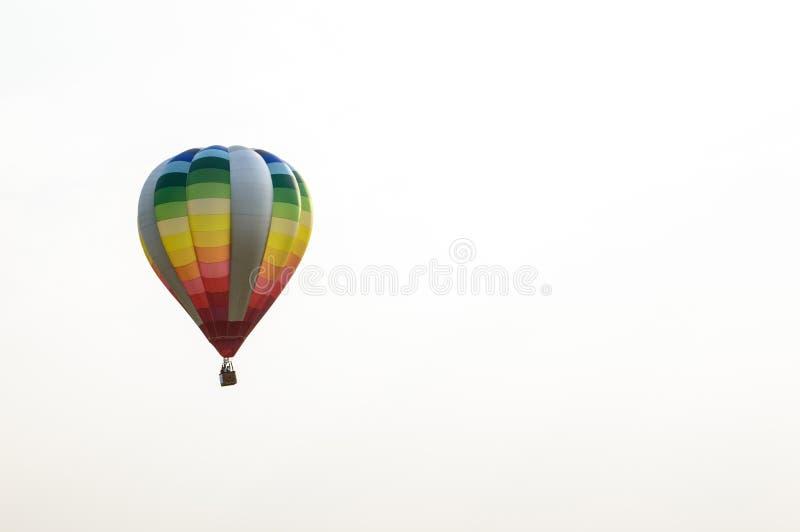 Красочные воздушные шары плавая в небо стоковое фото rf