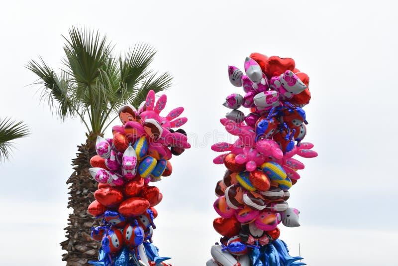 Красочные воздушные шары предпосылка неба Смешная предпосылка стоковые фотографии rf