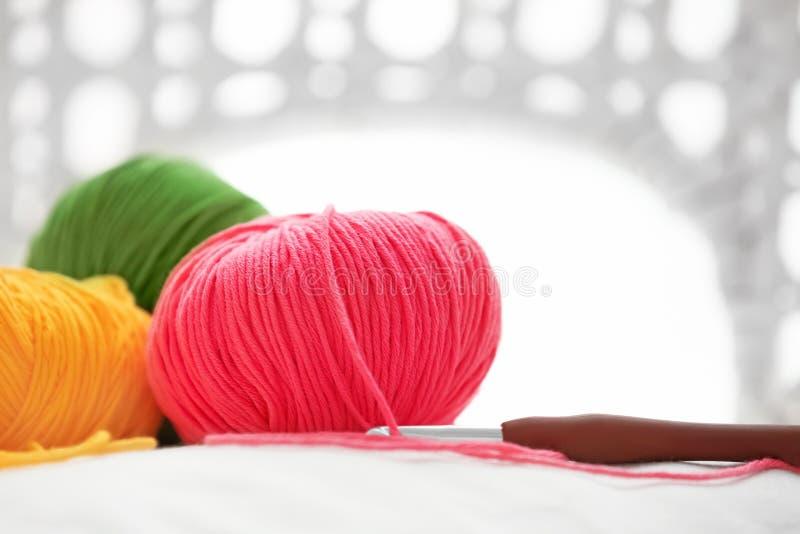 Красочные вязать пряжи и вязание крючком, крупный план стоковое фото