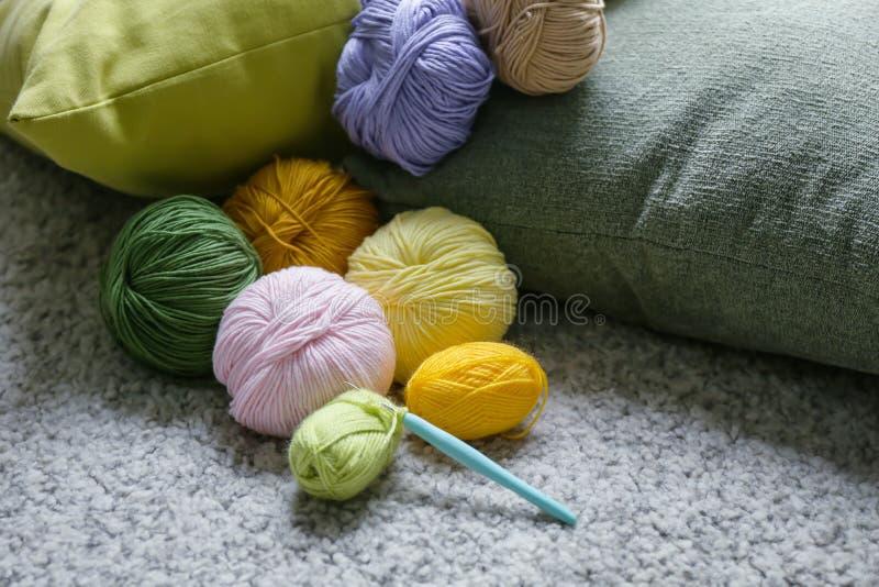 Красочные вязать пряжи и вязание крючком на ковре стоковые фото