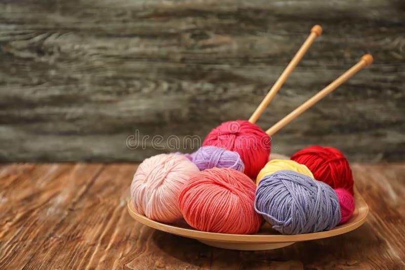 Красочные вязать пряжи и иглы на деревянном столе стоковое изображение rf