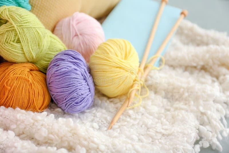 Красочные вязать пряжи и иглы на одеяле внутри помещения стоковые фото