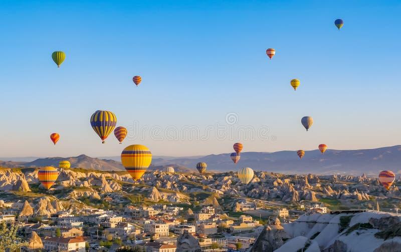 Красочные горячие воздушные шары летая над ландшафтом утеса на Cappadocia Турции стоковое фото rf
