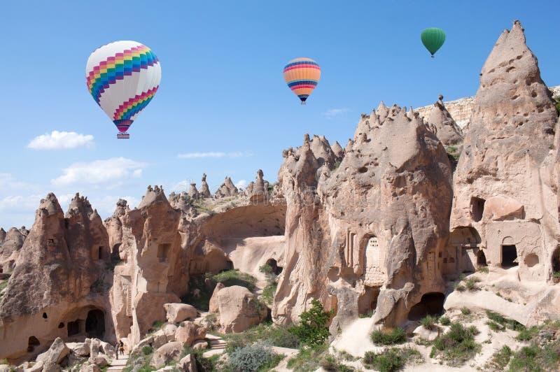 Красочные горячие воздушные шары летая над Cappadocia, Турцией стоковые изображения rf