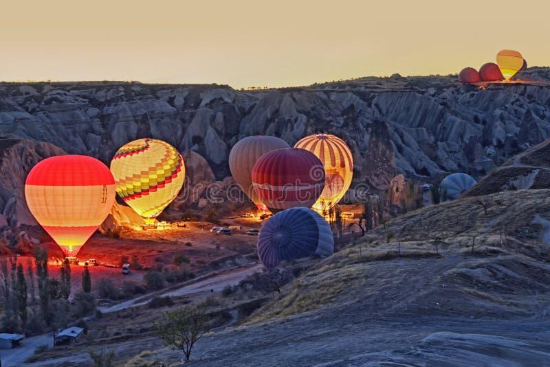 Красочные горячие воздушные шары перед стартом на Cappadocia стоковые фото