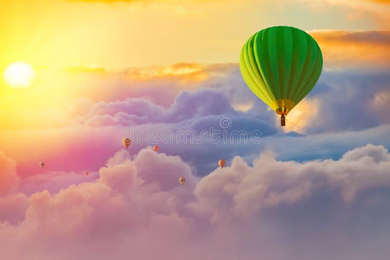 Красочные горячие воздушные шары с пасмурной предпосылкой восхода солнца стоковые фотографии rf