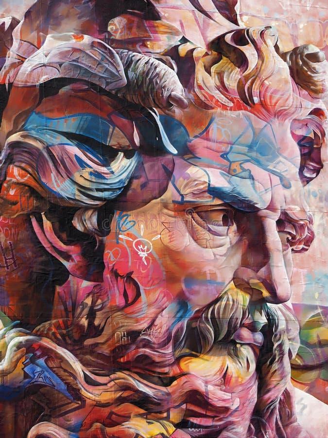 Красочные граффити стороны человека в Лиссабоне стоковое фото