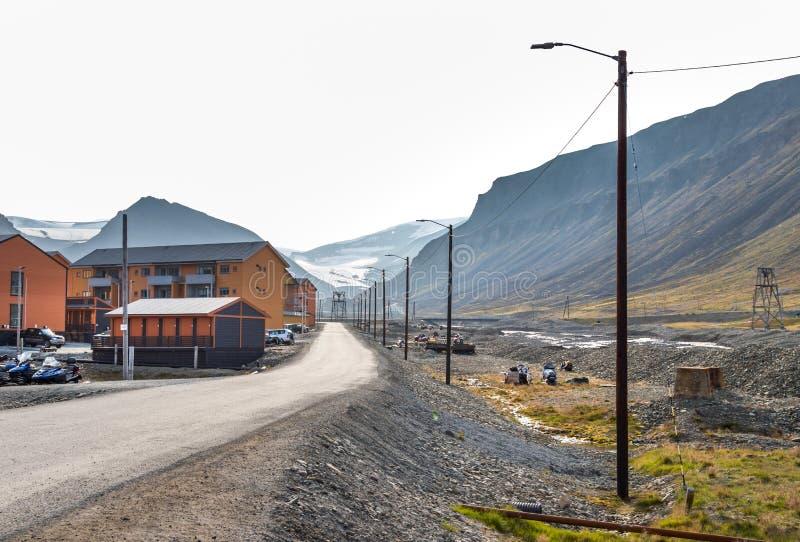 Красочные деревянные дома вдоль дороги летом на Longyearbyen, Свальбарде стоковые фото