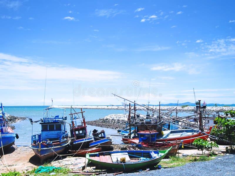Красочные деревянные шлюпки рыболова стыкуя в Таиланде стоковое фото rf