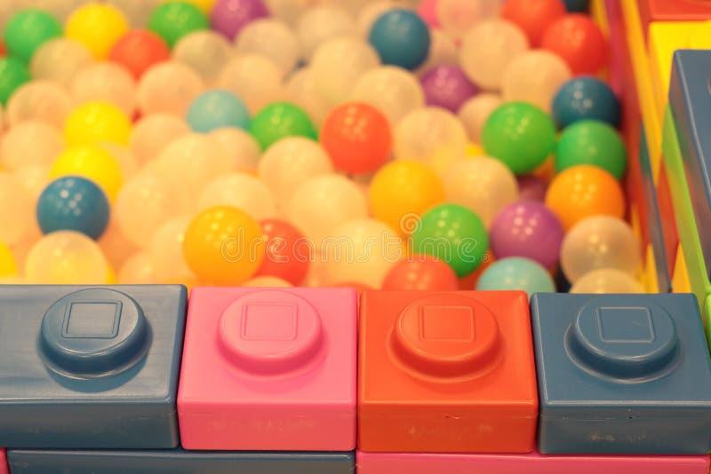 Красочные дети шариков, пруд шарика смешного детского сада пластиковый стоковое фото rf