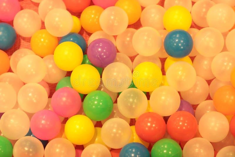 Красочные дети шариков, пруд шарика смешного детского сада пластиковый стоковое фото