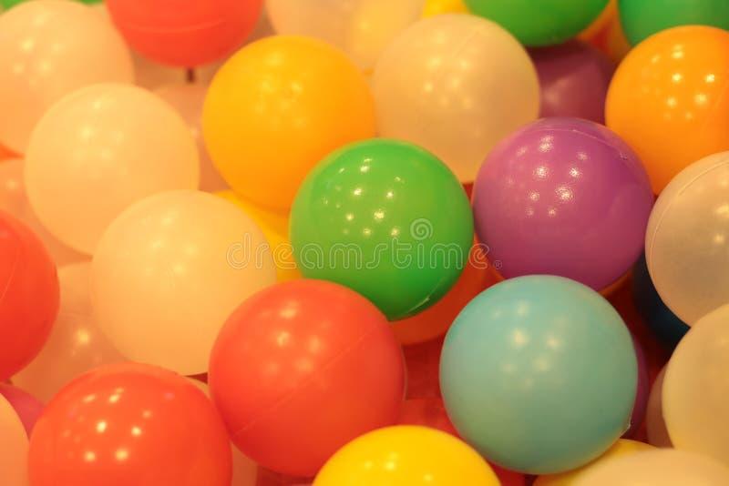 Красочные дети шариков, пруд шарика смешного детского сада пластиковый стоковые фотографии rf