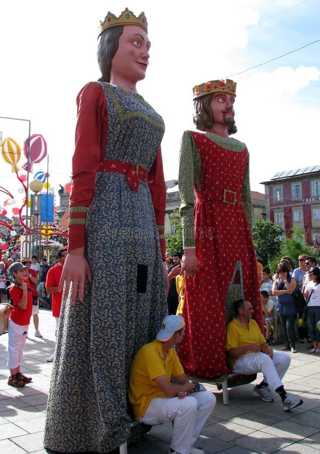 Красочные диаграммы Papier-mâché гигантов маршируют во время фестиваля Giants стоковое изображение