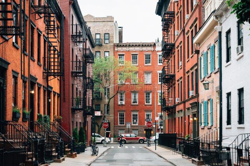 Красочные дома вдоль улицы в западной деревне, Манхэттена гея, Нью-Йорка стоковая фотография rf