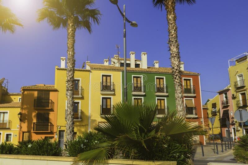 Красочные дома в улице старой деревни Villajoyosa, Blanca Косты, Испании стоковая фотография rf