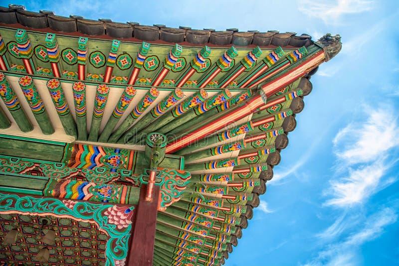 Красочные детали крыши дворца Changdeokgung стоковые фотографии rf