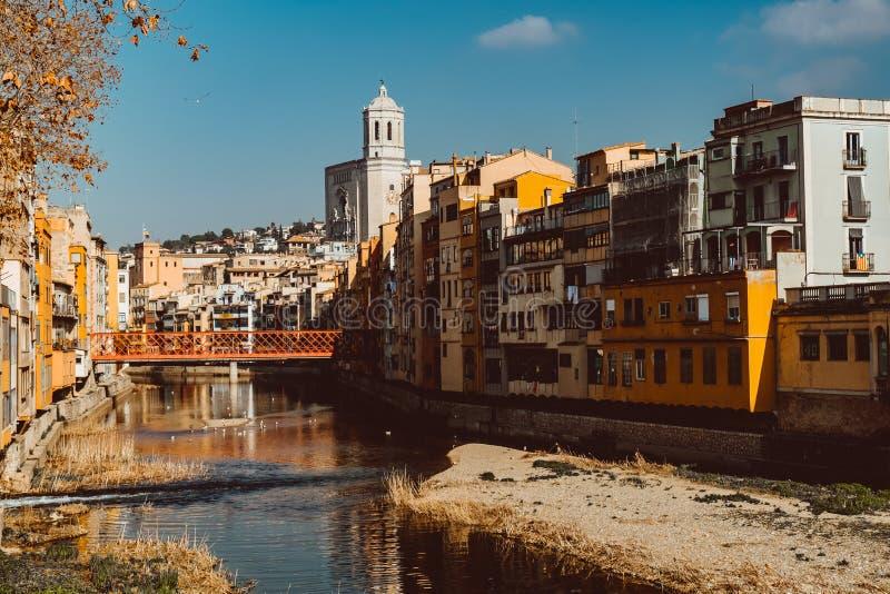 Красочные желтые и оранжевые дома и известная Каса Maso дома отразили в реке Onyar воды стоковые изображения