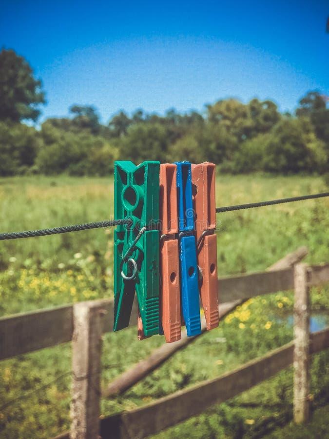 Красочные зажимки для белья на проводе стоковые фотографии rf
