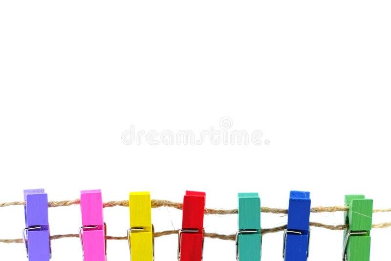 Красочные зажимки для белья на белой предпосылке стоковая фотография rf
