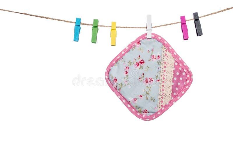 Красочные зажимки для белья на веревке для белья вися деревенский стиль плавают вдоль побережья стоковая фотография