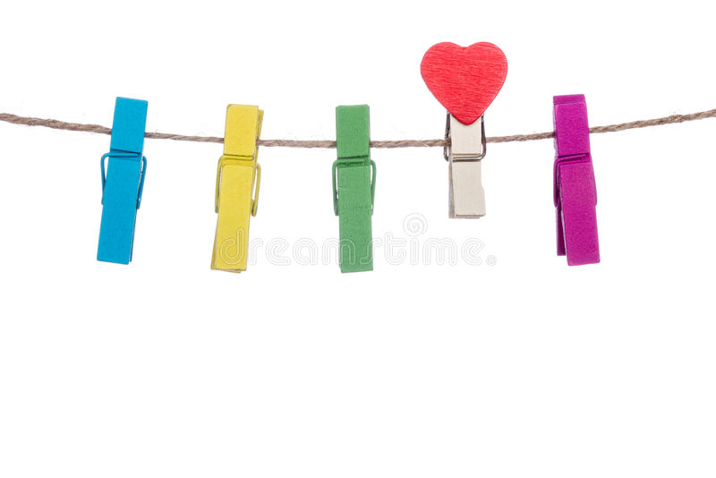 Красочные зажимки для белья с формой сердца закрепляют на веревке для белья стоковые фото
