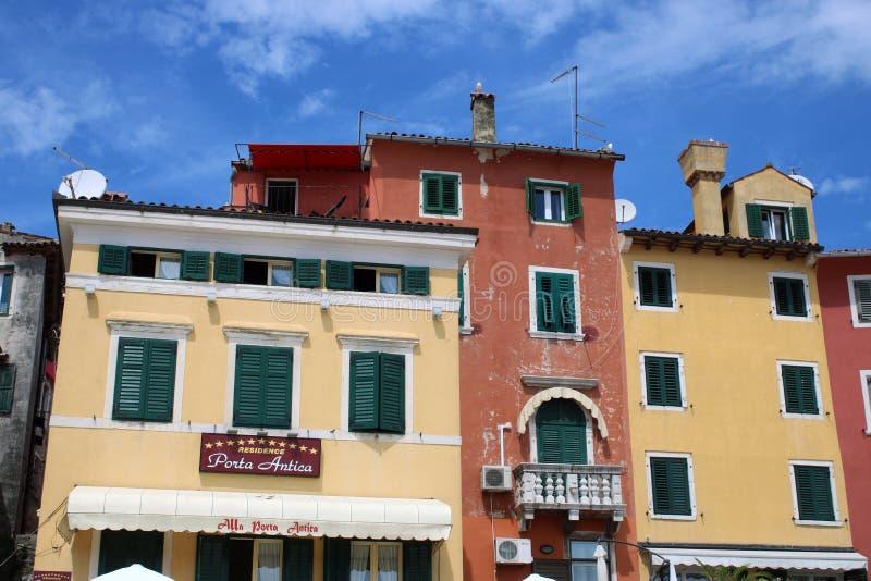 Красочные здания, район гавани, Rovinj, Хорватия стоковые фото