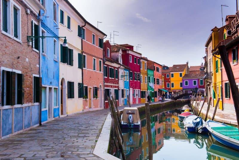 Красочные здания Bruano около канала стоковое фото rf
