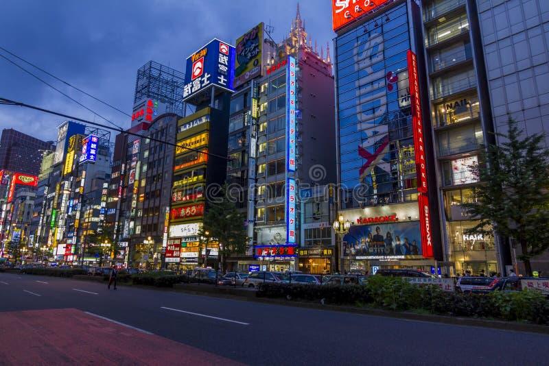 Красочные знамена и неоны в районе Shinjuku, токио, Японии стоковые фотографии rf