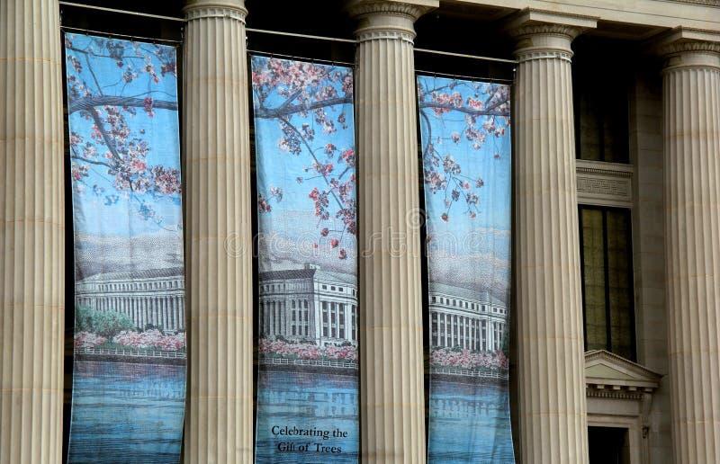 Красочные знамена приветствуют фестиваль вишневого цвета, вися от столбцов, бюро гравирования и печати, Вашингтон, DC, 2015 стоковые фото