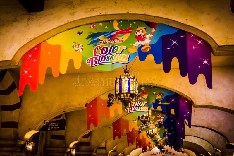 Красочные знамена украшая лучи - вход строба приключения мира Lotte южный стоковые изображения