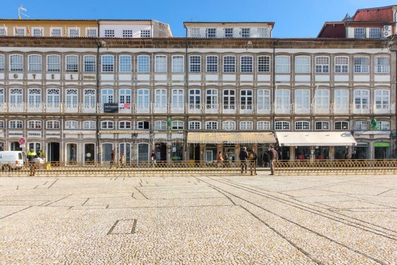 Красочные здания в квадрате Toural Guimaraes Португалия стоковые изображения