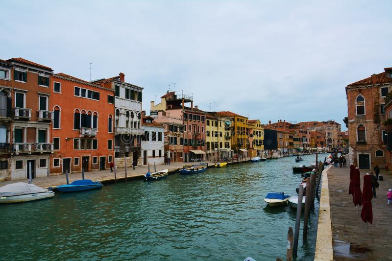 Красочные здания и канал в Венеции, Италии стоковые изображения