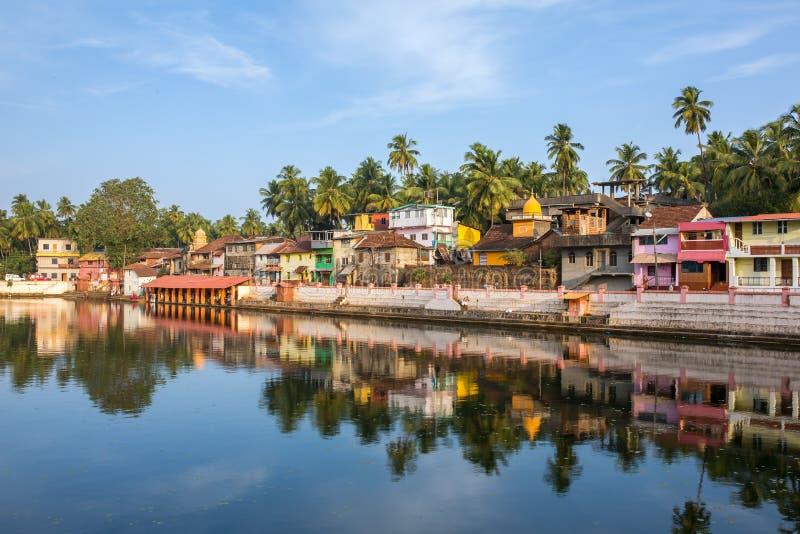 Красочные индийские дома на банке священного озера Koti Teertha стоковые фото