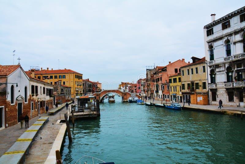 Красочные исторические здания и канал, в Венеции, Италия стоковое изображение rf
