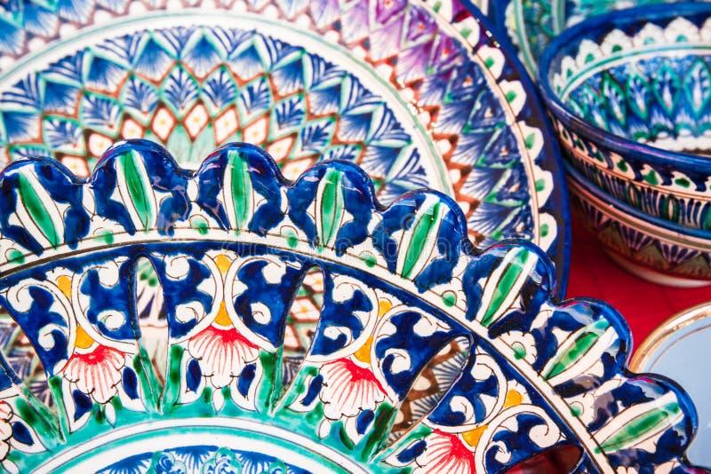 Красочные и орнаментальные узбекские национальные блюда стоковое изображение