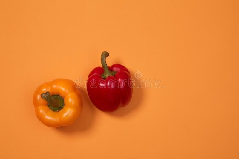 Красочные картина или предпосылка плода 2 перца помещенного на красочной предпосылке стоковые фото