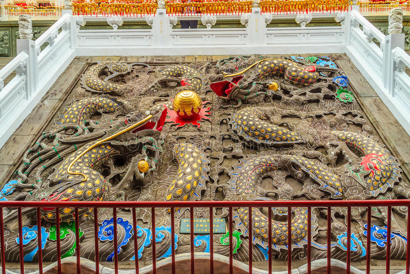 Красочные китайские скульптуры драконов можно найти на Wenwu Templ стоковое фото rf