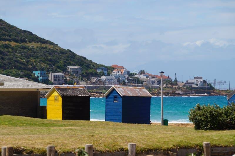 Download Красочные комнаты изменения пляжа в Кейптауне Стоковое Изображение - изображение насчитывающей основно, outdoors: 81815217