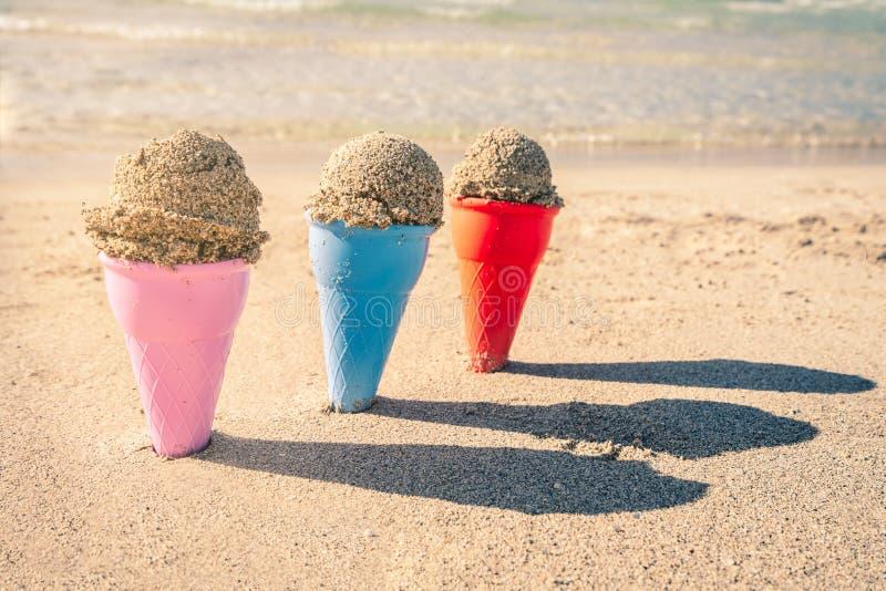 Красочные конусы песка в песке стоковые изображения rf