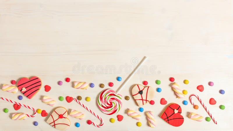 Красочные конфеты на белой предпосылке, взгляд сверху, космосе экземпляра стоковые изображения