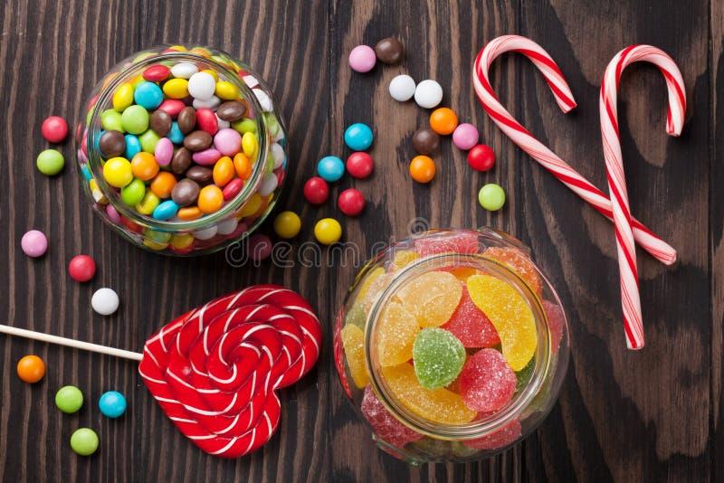 Красочные конфеты на деревянном столе стоковое фото