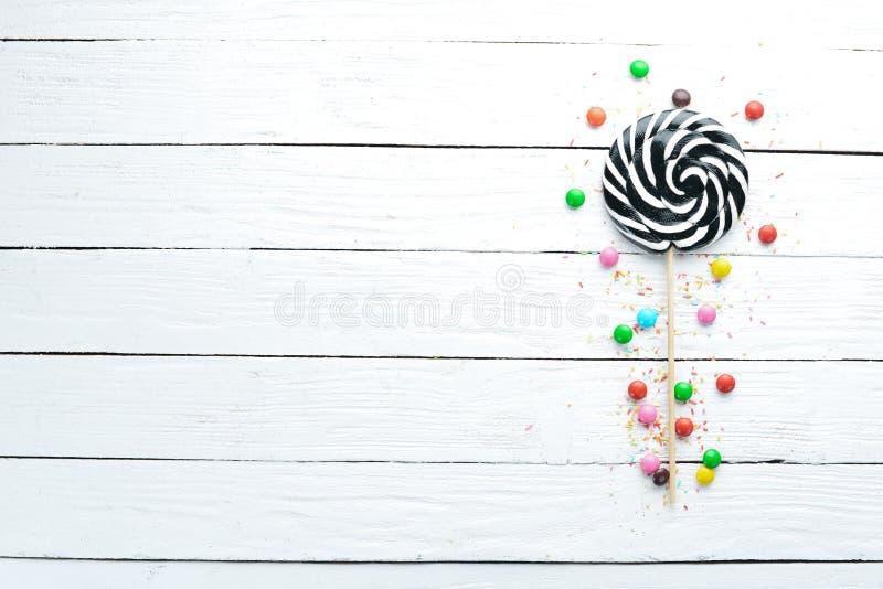 Красочные конфеты, студень и мармелад на белой деревянной предпосылке стоковое фото