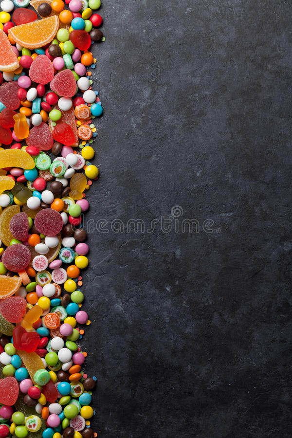 Красочные конфеты, студень и мармелад над камнем стоковое фото