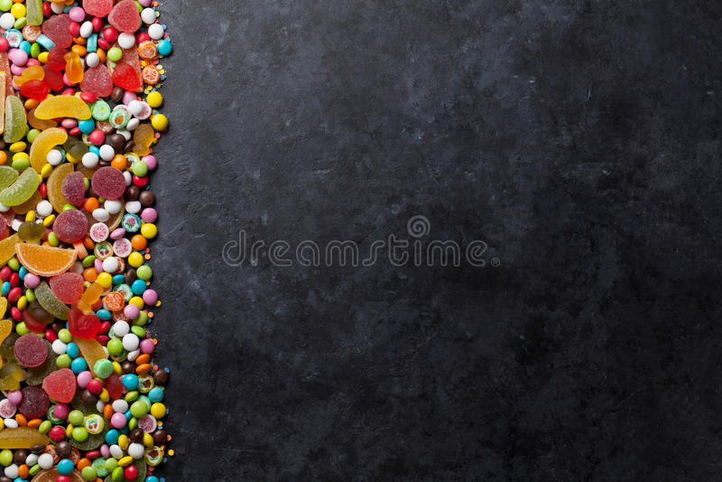 Красочные конфеты, студень и мармелад над камнем стоковое изображение rf